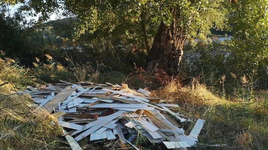 La Policía Municipal investiga vertidos en la ribera del río en Zamora, junto a las aceñas de Gijón