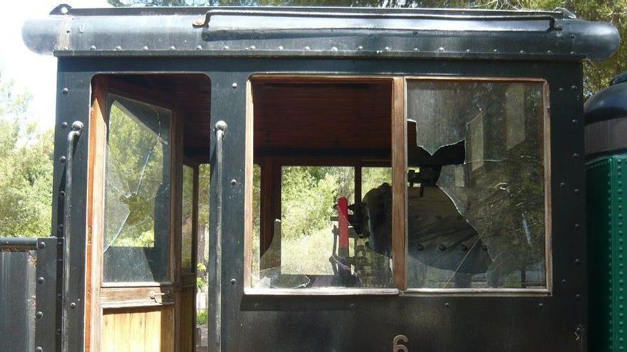 Randalierer beschädigen historische Lok im Eisenbahnpark in Marratxí