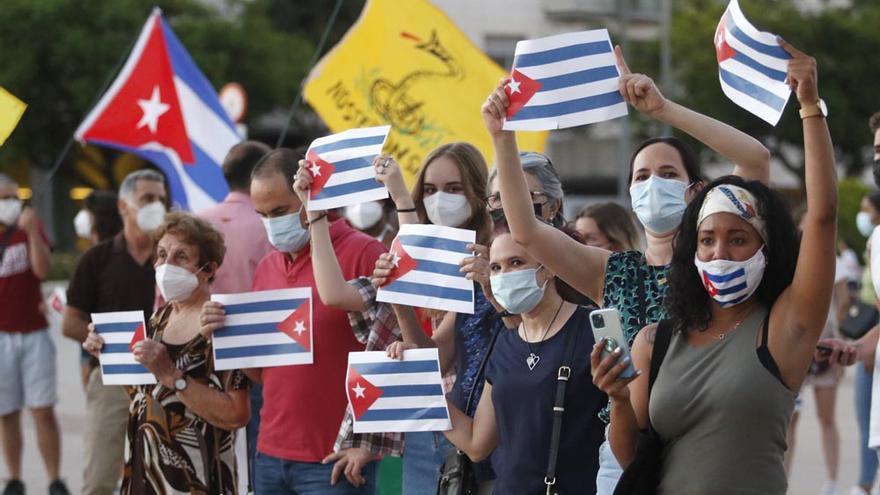 """Decenas de cubanos en Córdoba denuncian el """"maltrato a la gente"""" en su país y recolectan medicamentos para enviar allí"""