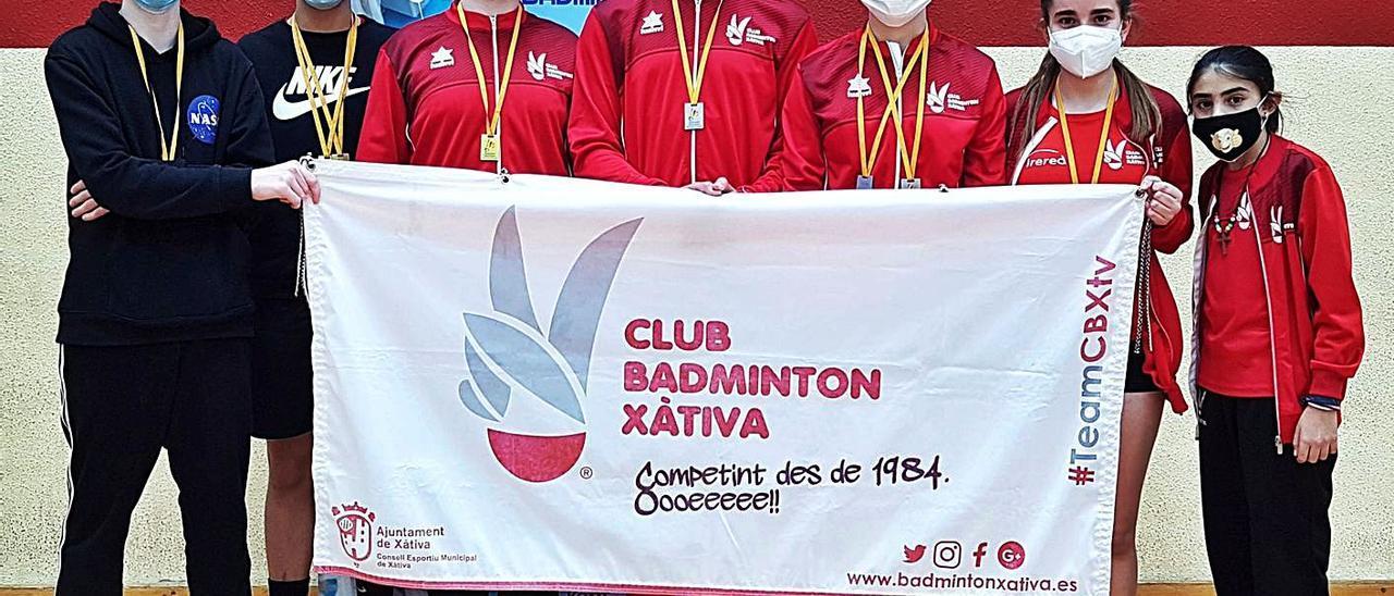 Deportistas del Club Bádminton Xàtiva con las medallas conseguidas en el torneo de Aspe.   JAVIER ALCÁZAR