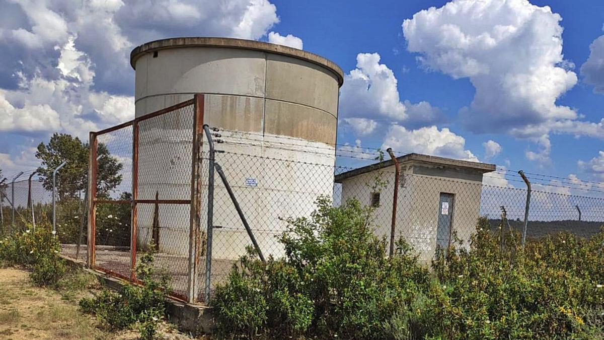 Depósito de Junquera de Tera, que van a impermeabilizar para evitar fugas de agua. | E. P.