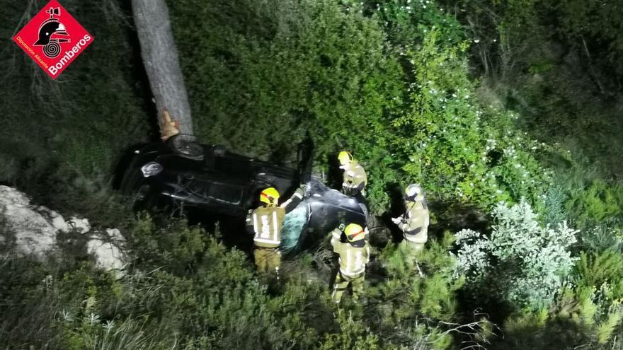 Dos personas resultan heridas tras precipitarse el vehículo en el que viajaban por un barranco a la altura de El Salt en Alcoy