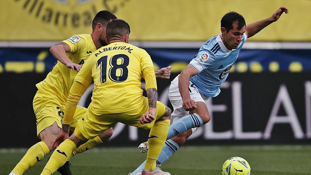El céltico Solari controla el balón ante dos jugadores del Villarreal. |  // LOF