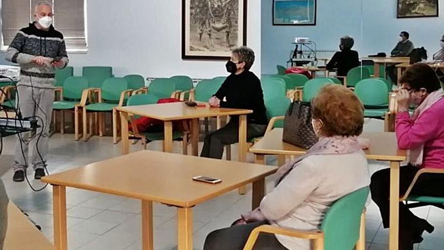 Los mayores de Carreño se familiarizan en Candás con el uso de los móviles y de las nuevas tecnologías