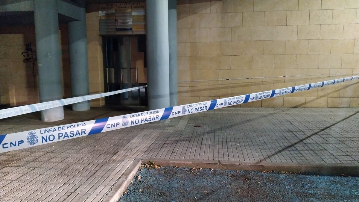 Cordón policial tras la caída de un joven de una altura de cuatro metros en el edificio Zigurat.