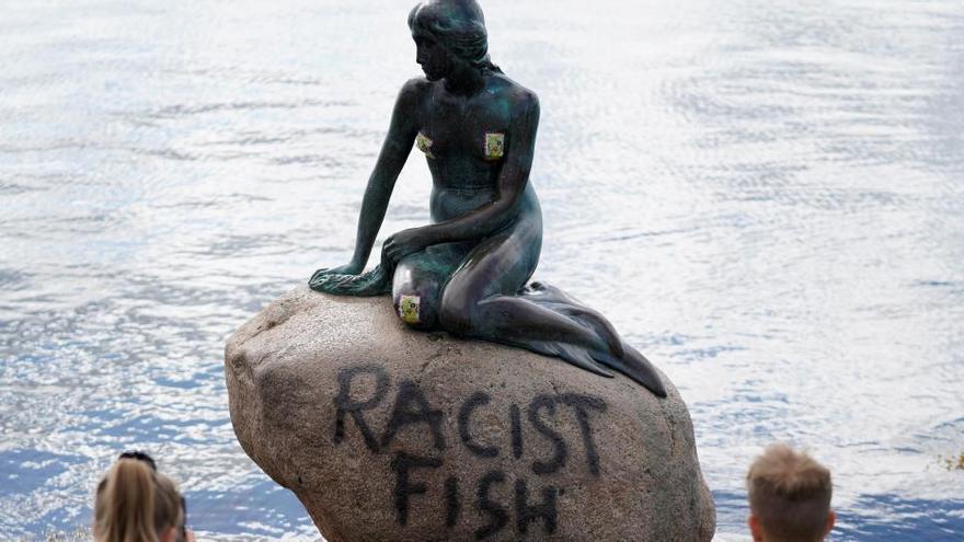 "Pintan ""pez racista"" en la Sirenita de Copenhague"