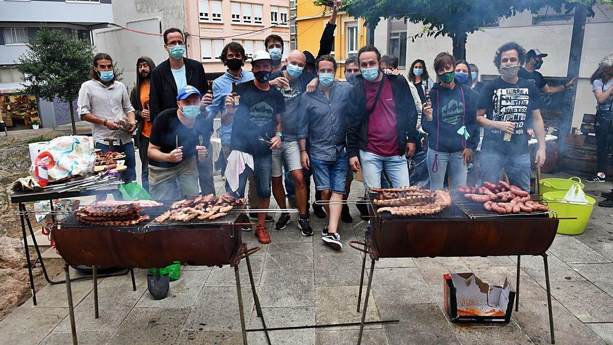 Vecinos en una churrascada en As Atochas en las fiestas de San Juan 2020. |   // CARLOS PARDELLAS