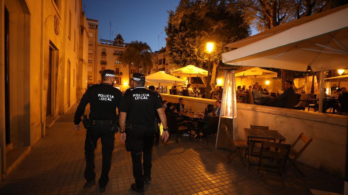 Policía Local de Elche en un operativo nocturno en el centro