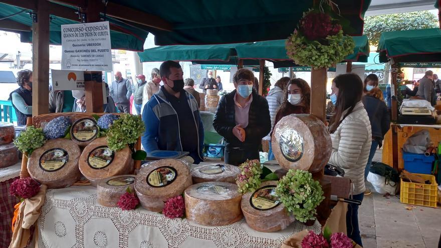 Cangas de Onís, a tope con el certamen quesero de los Picos de Europa y la Feria de la Miel
