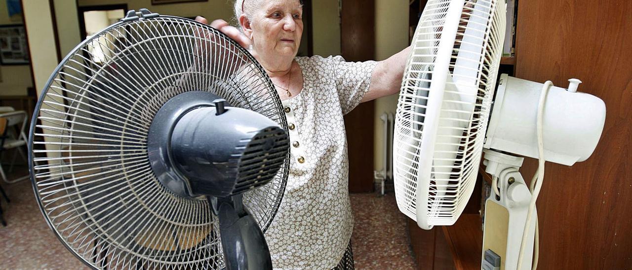 La ventilación es imprescindible para las personas mayores.Abajo, momitor de temperatura.  f.bustamante