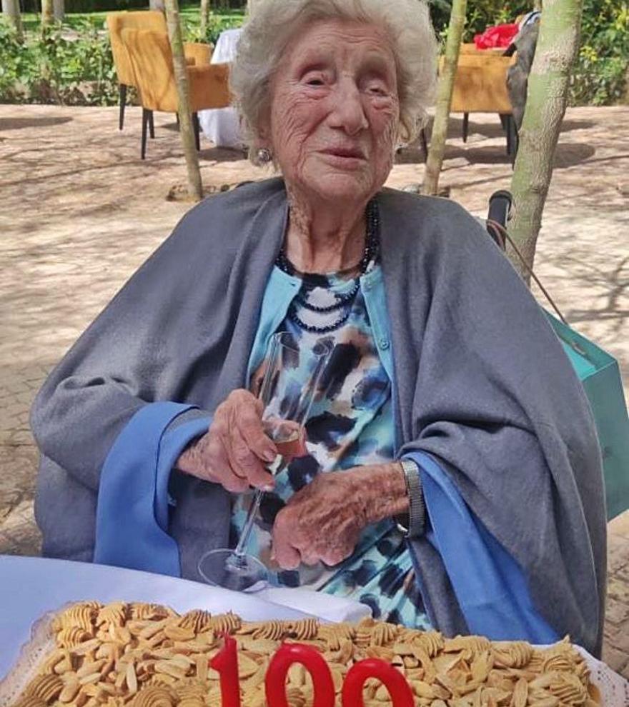 Doña Lola, que se vacunó a comienzos de año de la Covid-19, celebró el siglo de vida el pasado sábado, en Limonar, 40 con unos pocos familiares