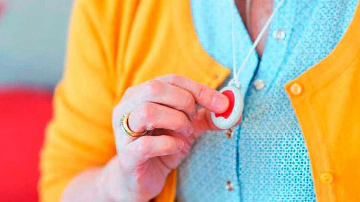 Con solo pulsar este dispositivo, la Central de Atención Permanente se pone en contacto con la persona mayor. | SERVICIO ESPECIAL