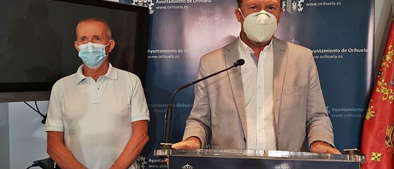 El edil José Galiano y el alcalde Emilio Bascuñana, ayer. | INFORMACIÓN