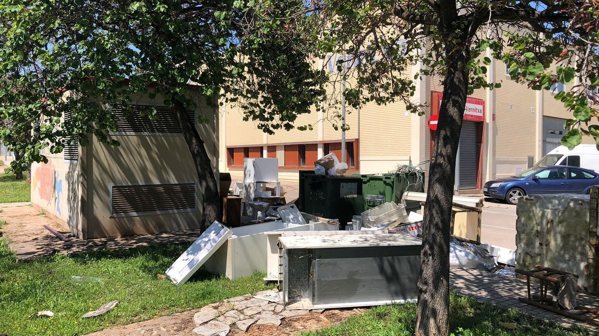 El Ayuntamiento de la Vall d'Uixó quiere abordar la grave problemática de los voluminosos ampliando medios y sanciones.