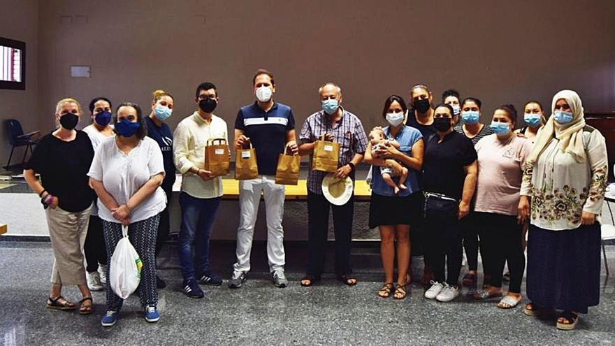Las mujeres del Xenillet confeccionan mascarillas y las donan a un colegio