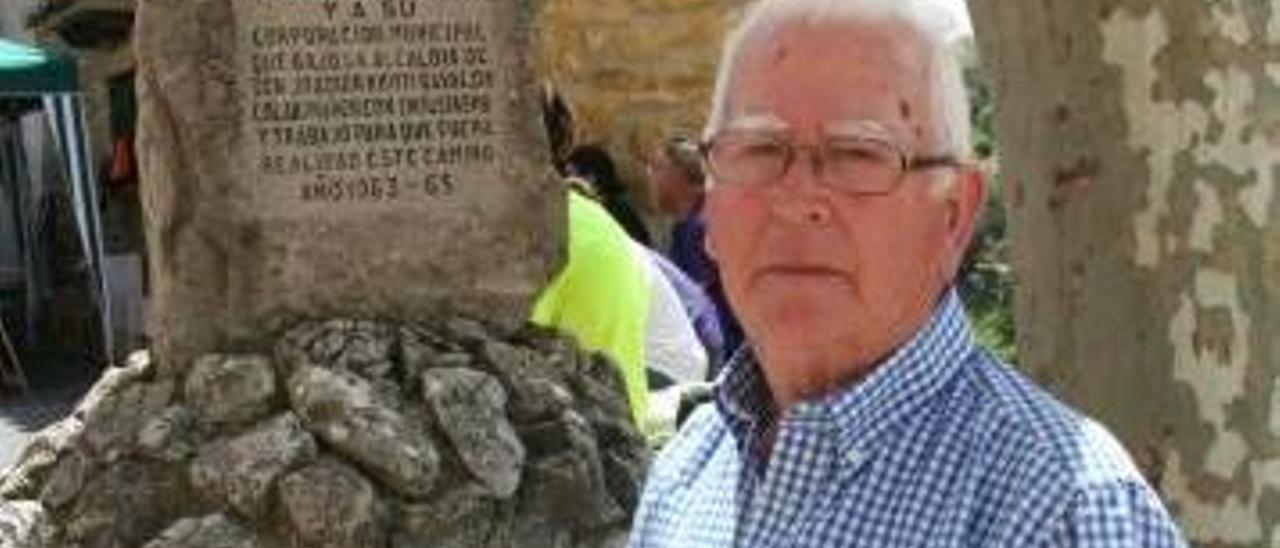 Cardona posa junto al monumento conmemorativo.