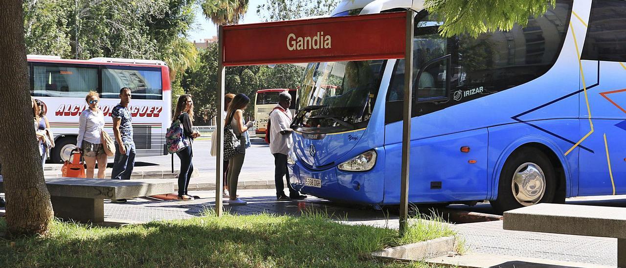 La estación de autobuses de Gandia, situada sobre la de ferrocarril, en pleno centro de la ciudad.   XIMO FERRI