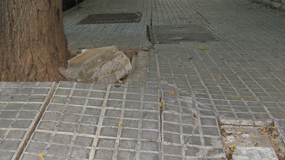 La mujer cayó al suelo al no darse cuenta del agujero que había en la acera.