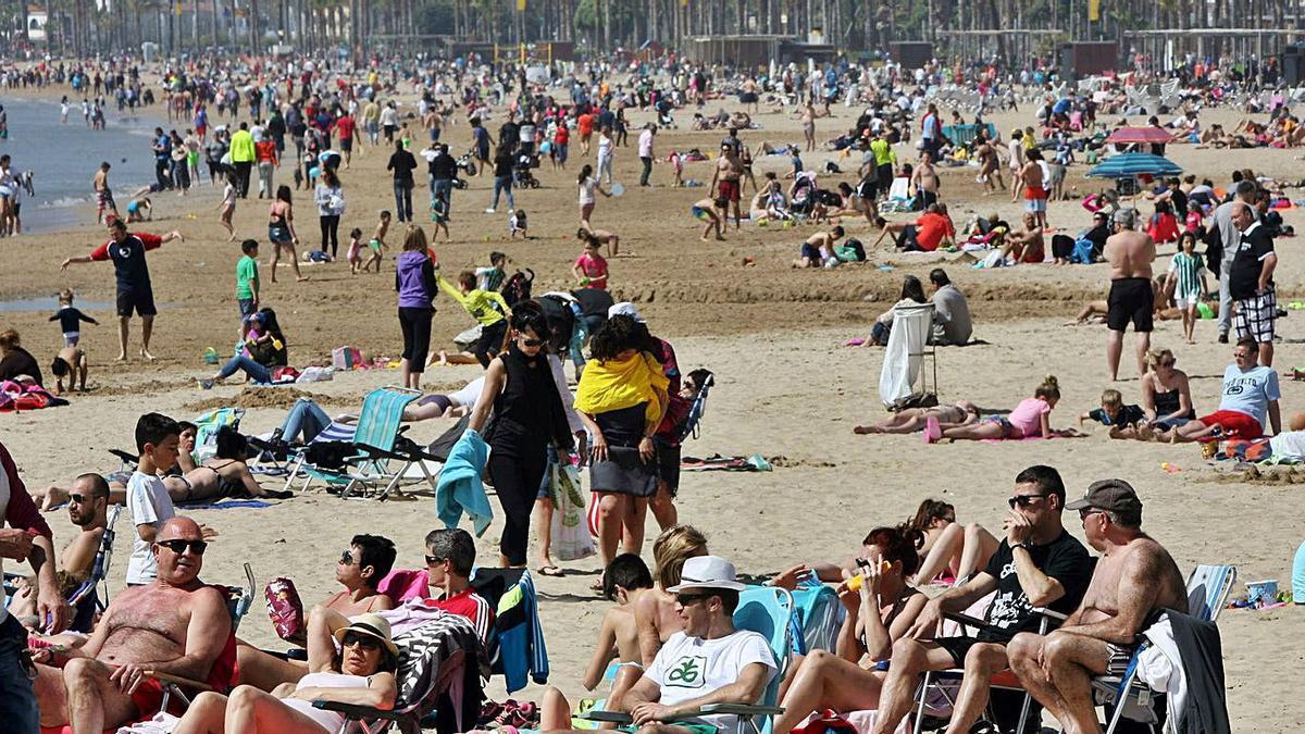 Las playas de Salou con grupos respetando las distancias de seguridad.  | JAUME SELLART