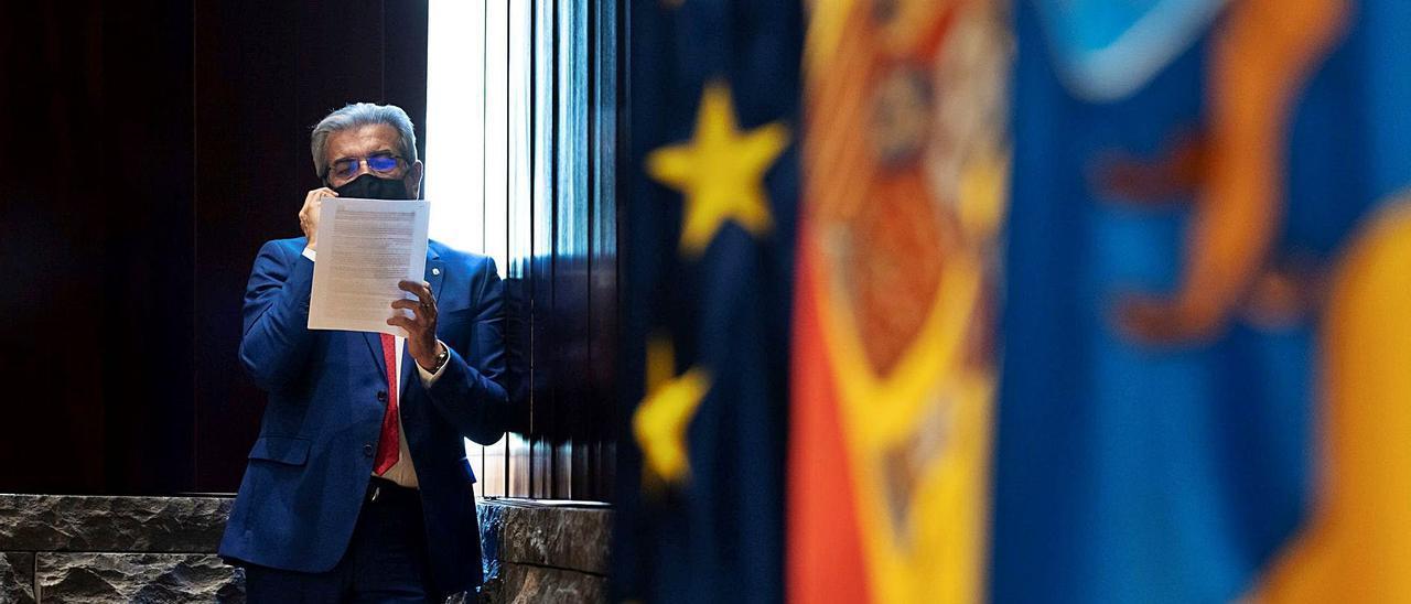El vicepresidente y consejero de Hacienda, Román Rodríguez, habla por teléfono antes del Consejo de Gobierno de ayer. | | EFE / MIGUEL BARRETO