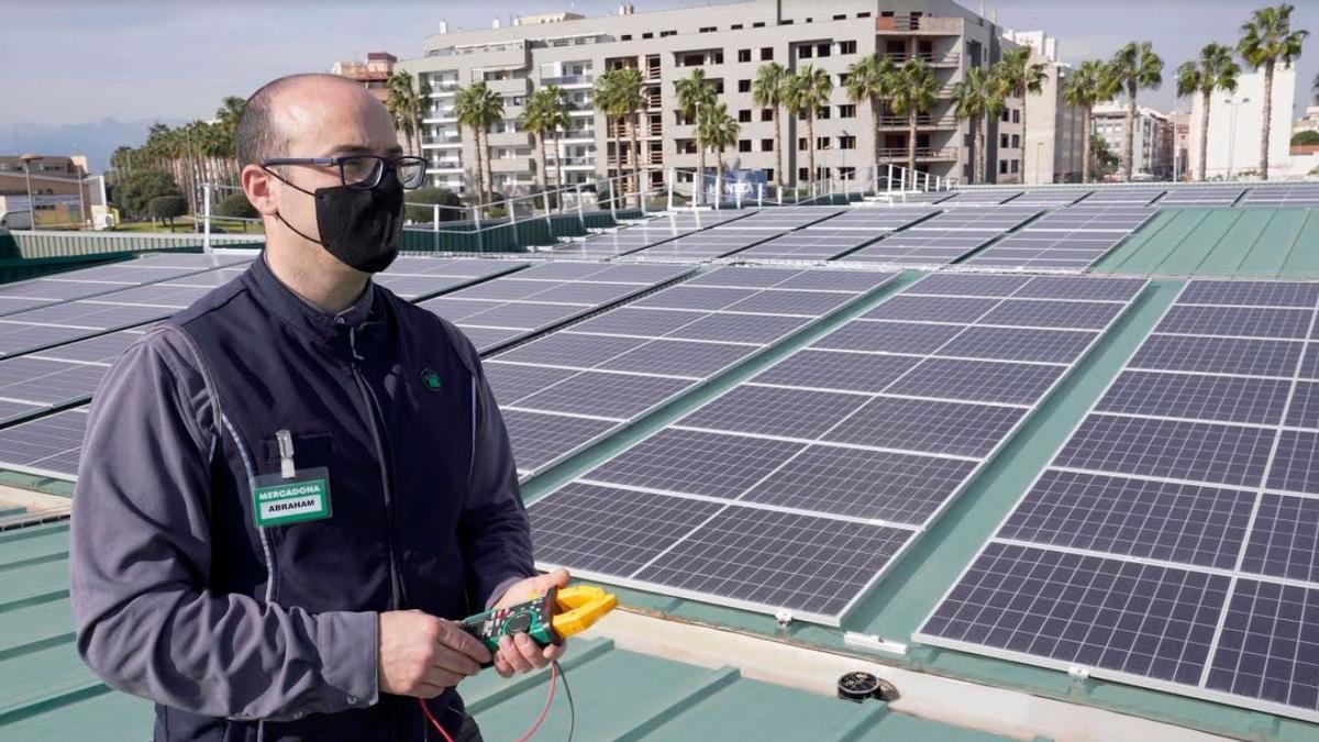 Paneles solares en una tienda de Mercadona