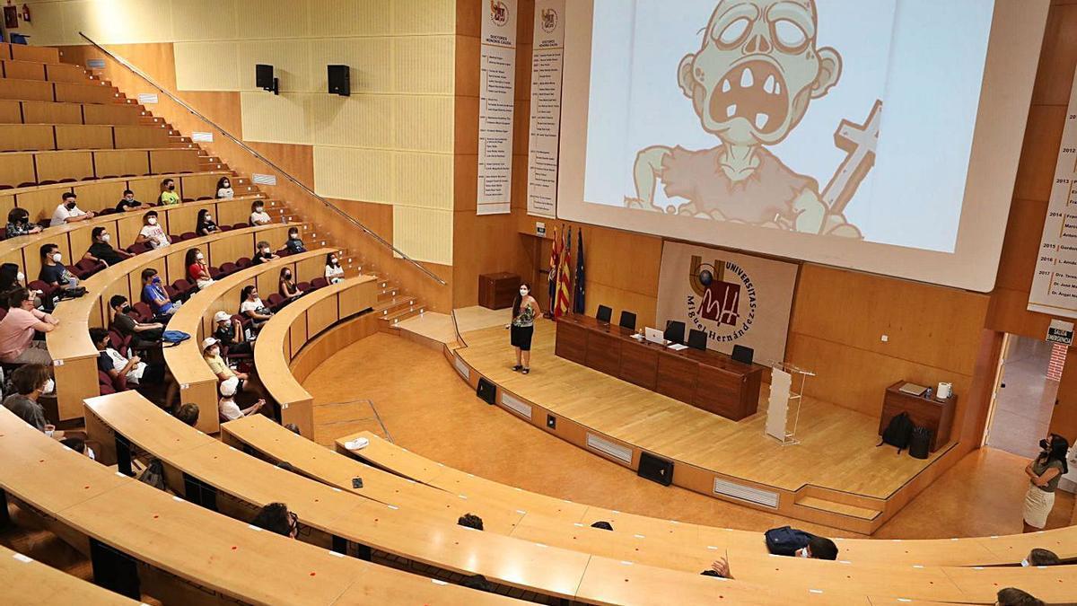 El aula magna del edificio Altabix acogió el acto de clausura tras dos días de actividades.   ANTONIO AMORÓS