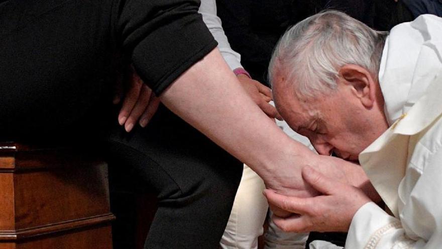 El Papa lava y besa los pies a doce presos y les pide que ayuden al prójimo