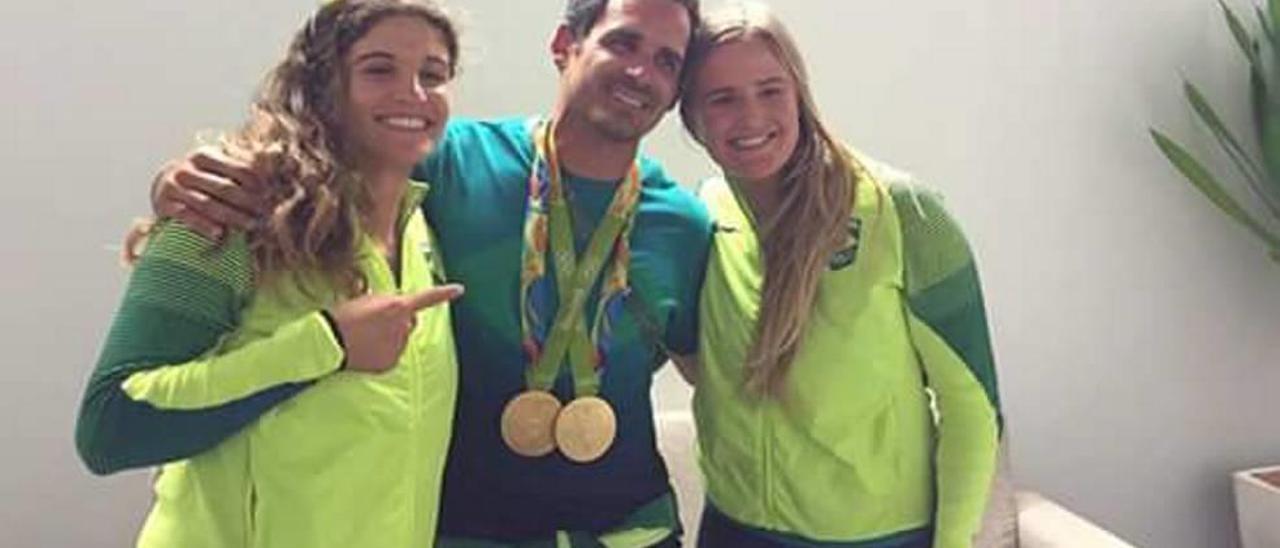 Javier Torres posa con los oros conseguidos por Grael y Kunze, también en la imagen.