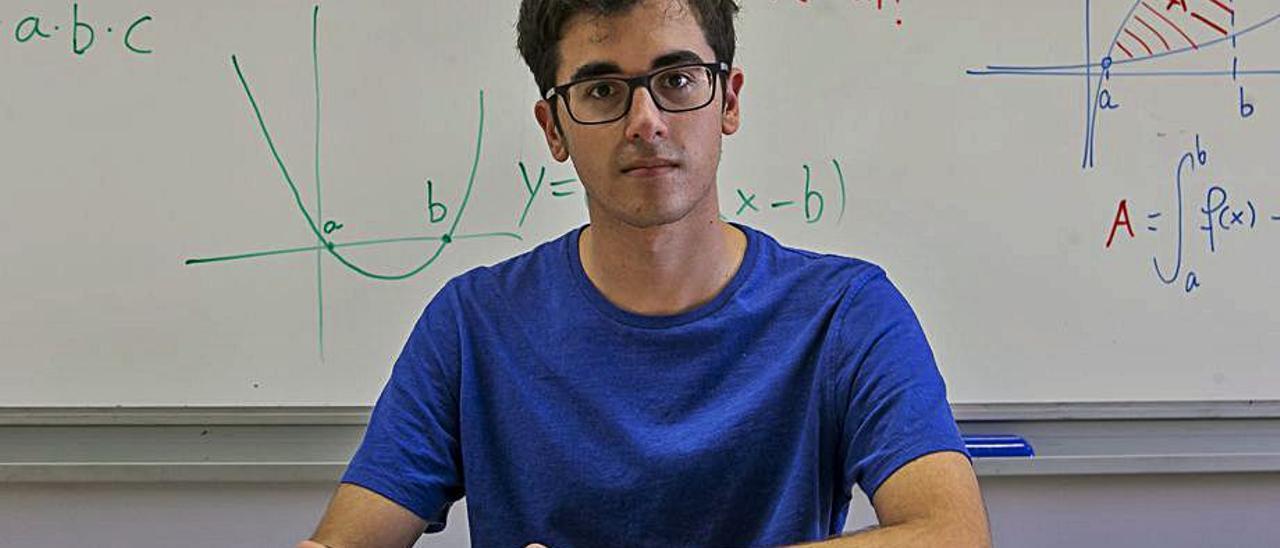Hugo Lladró en un aula del Instituto Figueras Pacheco   HÉCTOR FUENTES