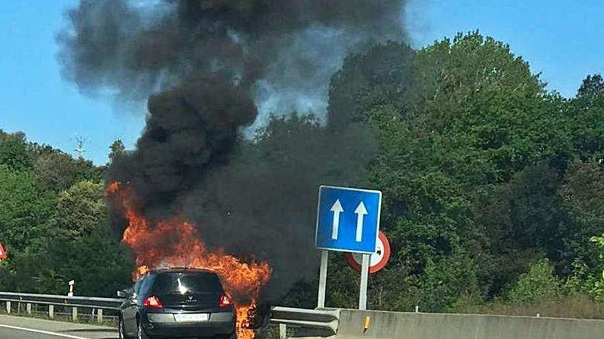 Espectacular incendi d'un cotxe a l'A26