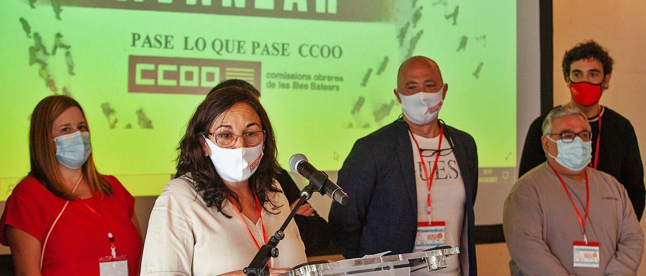 Consuelo López, tras ser elegida, junto al resto de los componentes de la nueva junta directiva de CCOO.   V. MARÍ