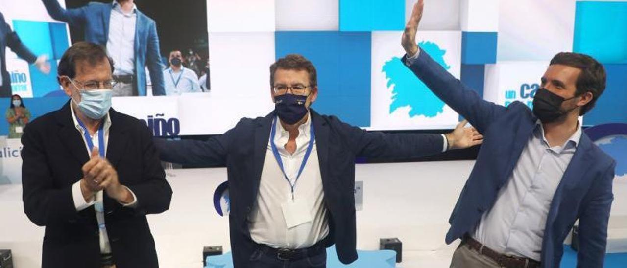 Rajoy y Casado con Feijóo, en el centro, tras su proclamación como presidente del PPdeG. |  // XOÁN ÁLVAREZ