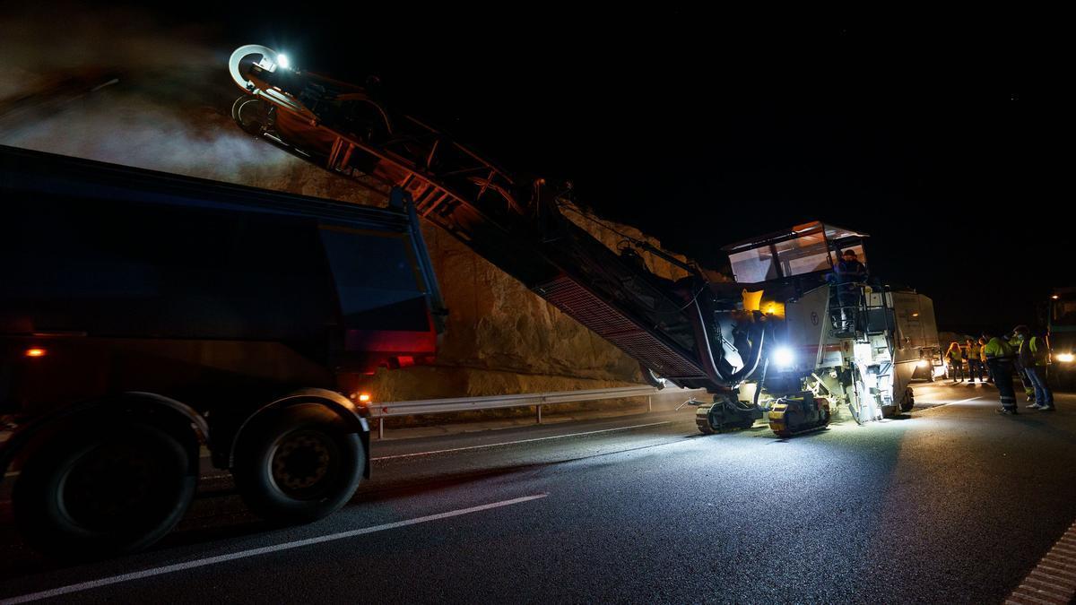 Trabajos nocturnos de reasfaltado en la Autopista del Sur (TF-1).