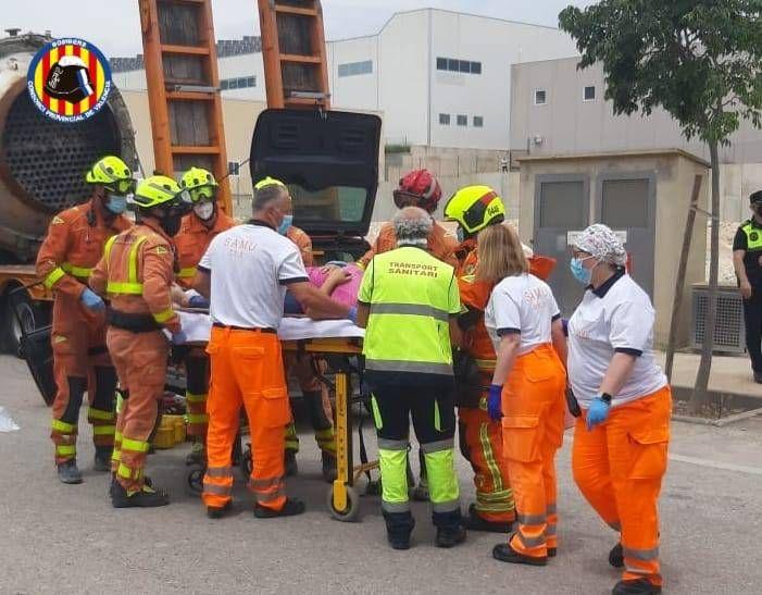 Accidente entre un coche y un camión en un polígono industrial de Ontinyent