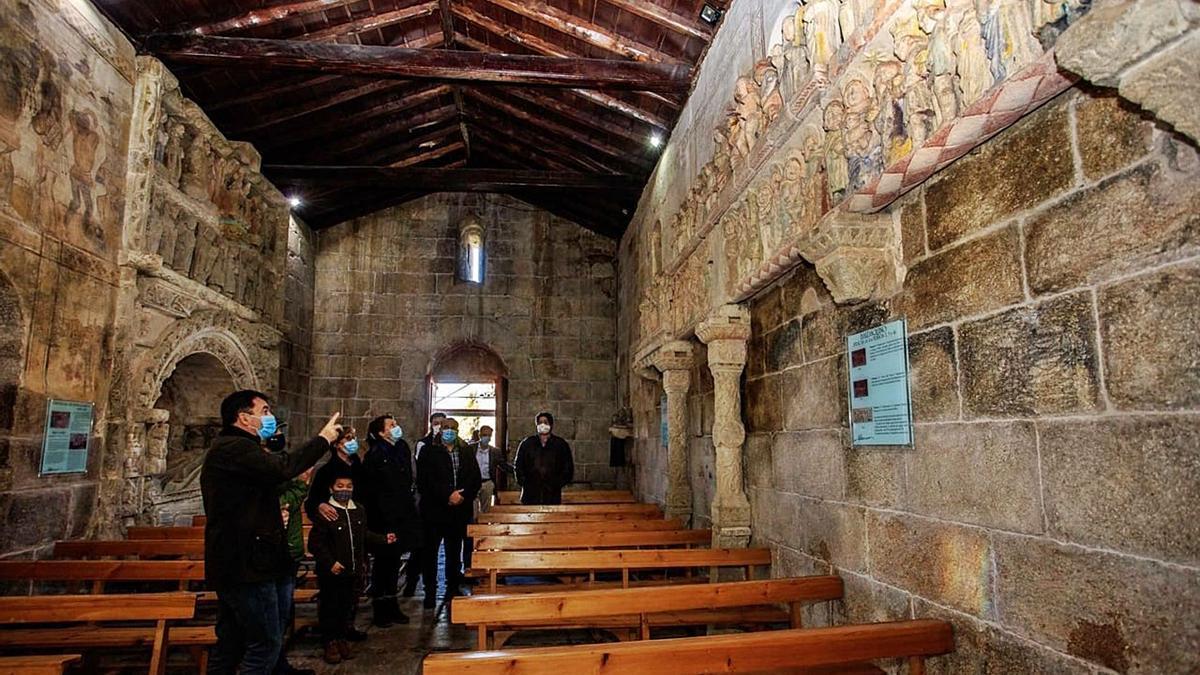 Román Rodríguez observa las esculturas medievales durante su recorrido de ayer por el interior de la iglesia de Ventosa.