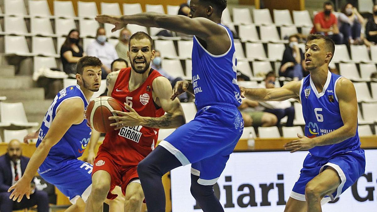 «Pepo» Barral prova una penetració durant el Bàsquet Girona-Melilla de diumenge.   ANIOL RESCLOSA