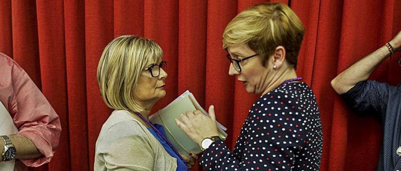 La alcaldesa Loreto Serrano (PP) y su antecesora, Yolanda Seva (PSOE). |
