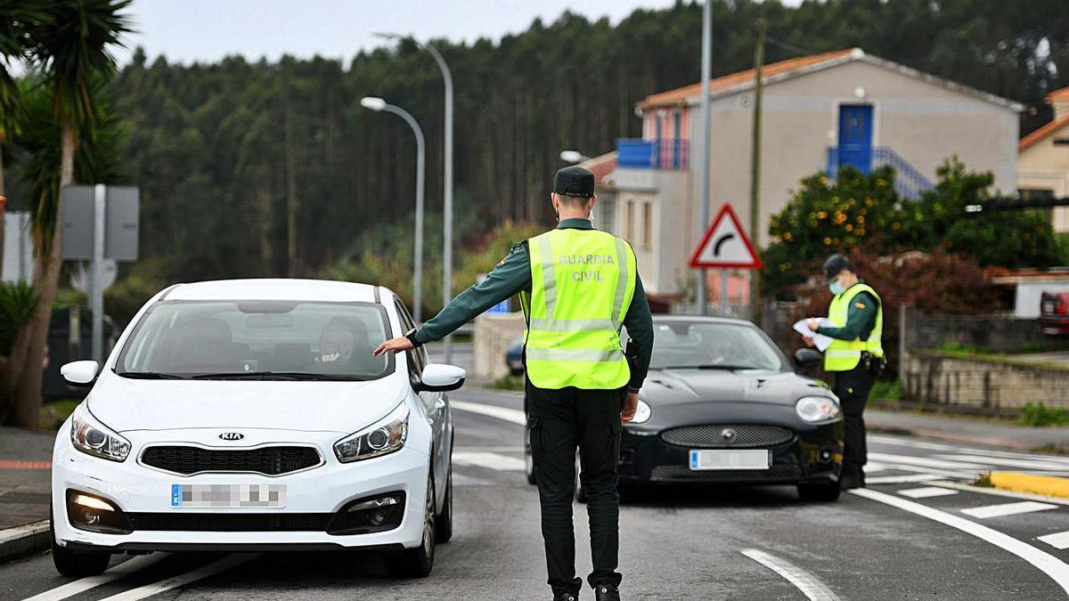 Control de la Guardia Civil para asegurar un cierre perimetral en una carretera gallega.