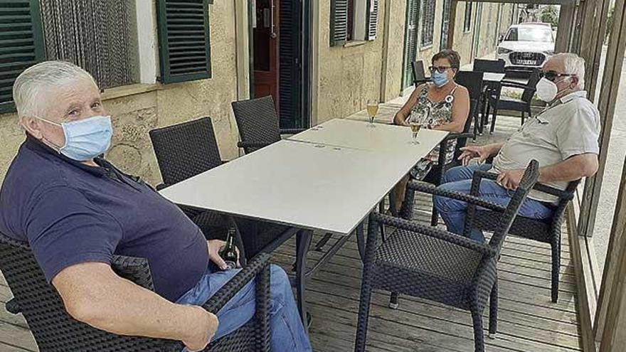 """Vecinos de Sant Joan: """"En el pueblo estamos asustados por el brote de coronavirus"""""""