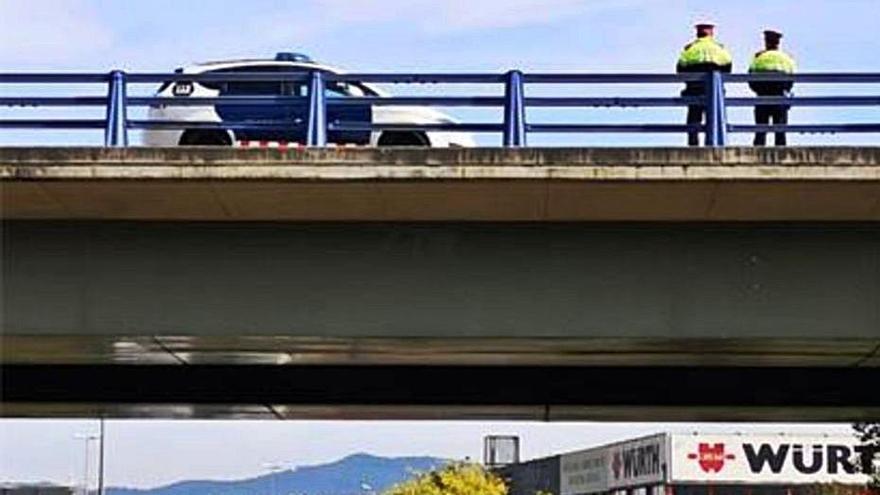 Un grup de policies salva una noia que es volia llançar des d'un pont a Girona