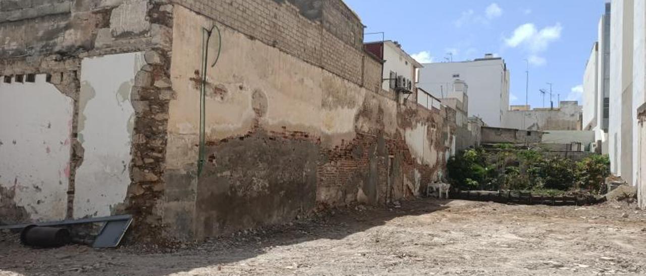 Solar resultante del derribo de unas casas en Carvajal con Molino de Viento.