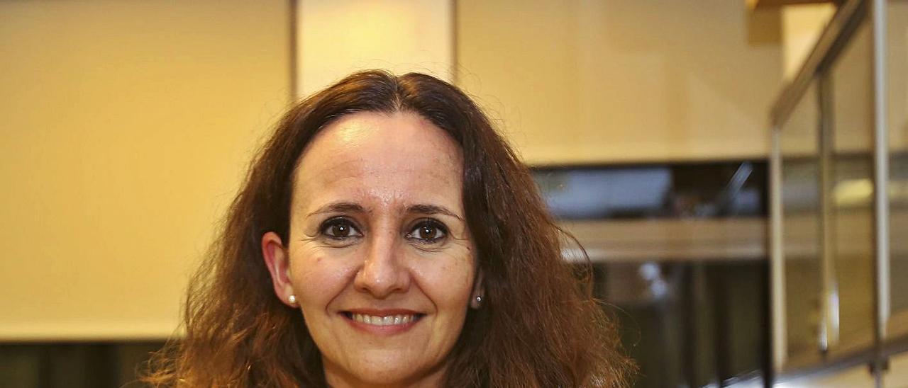 La inmunóloga Esther Caparrós. | ANTONIO AMORÓS