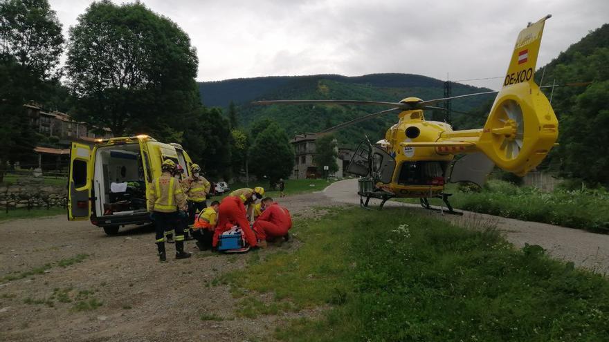 Rescaten una excursionista ferida en caure per un talús d'uns 5 metres a Setcases