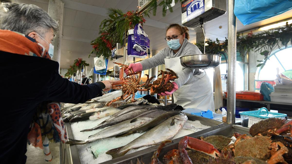 Una mujer comprando marisco en el Mercado de Abastos de Pontevedra