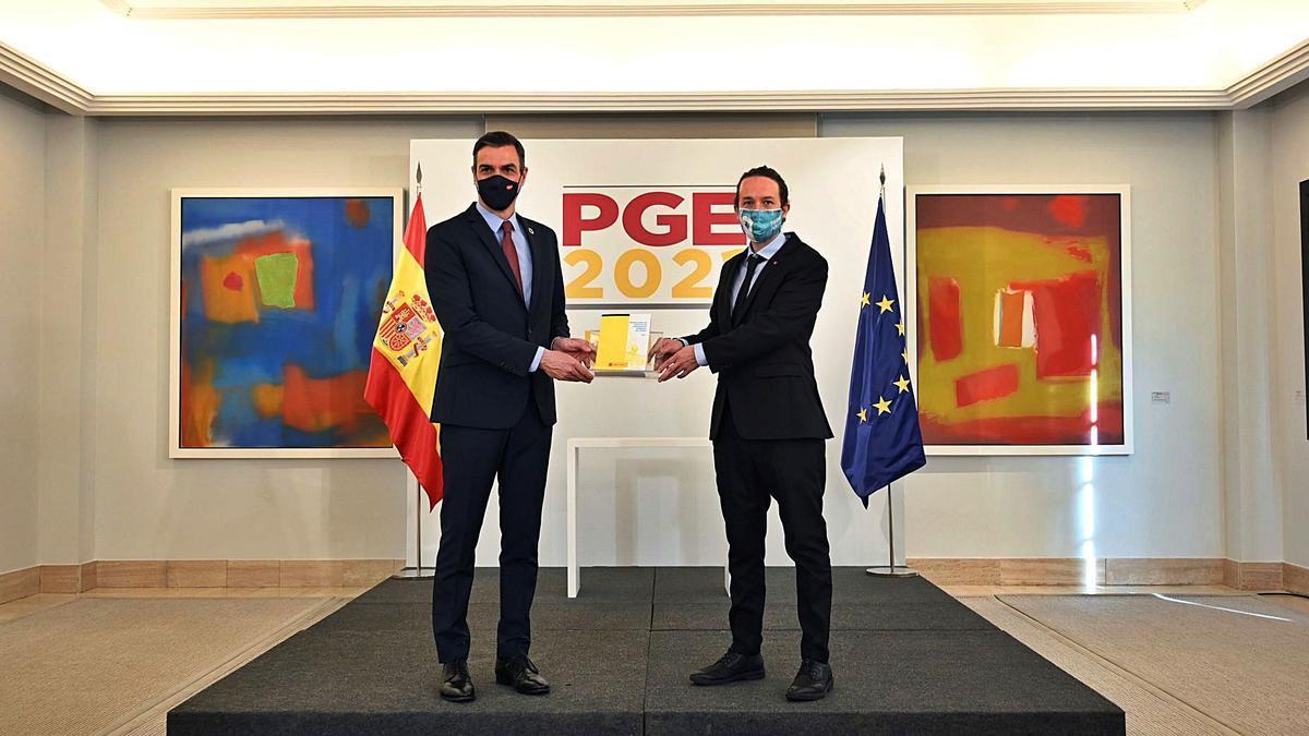 El presidente del Gobierno, Pedro Sánchez, y el vicepresidente Pablo Iglesias, presentando los Presupuestos del Estado 2021.