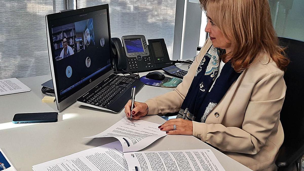 María Eugenia Coronado firma  virtualmente el convenio.