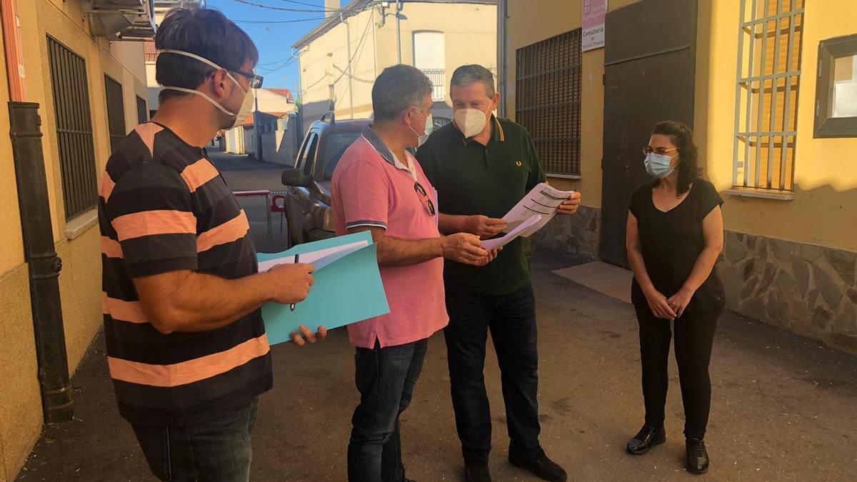 Javier Faúndez en El Cubo de la Tierra del Vino asiste al replanteo de la obra de mejora de las redes de abastecimiento.