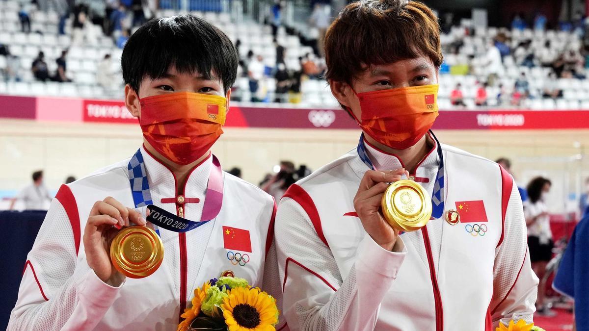 Las ciclistas lucieron las insignias colocadas en sus chaquetas.