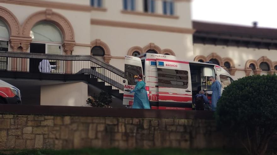 """Evacuan del Hospital de Avilés a 20 ancianos con covid: """"Se prevén más casos positivos"""""""