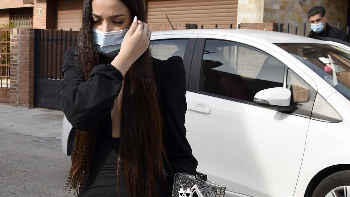 Julia Janeiro y su novio, Brayan Mejía, saliendo de la casa de los padres del futbolista